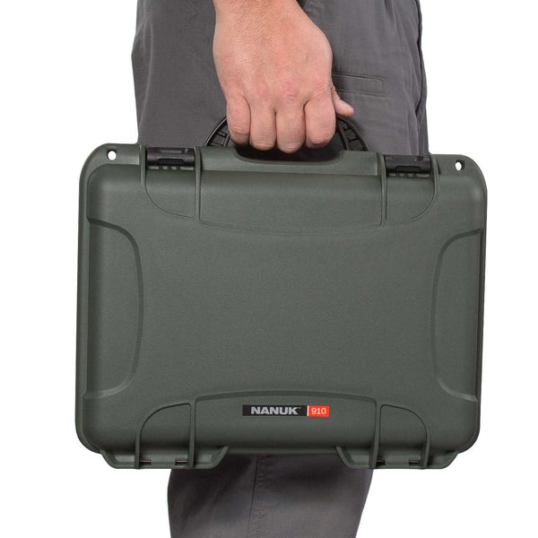 The NANUK 910 Classic 2 Up Pistol case comes with a soft grip and ergonomic handle to make it easy to transport.