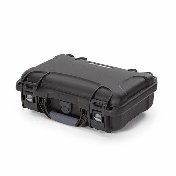 The NANUK 909 For DJI™ Mavic Mini protective case comes with a soft grip and ergonomic handle to make it easy to transport.