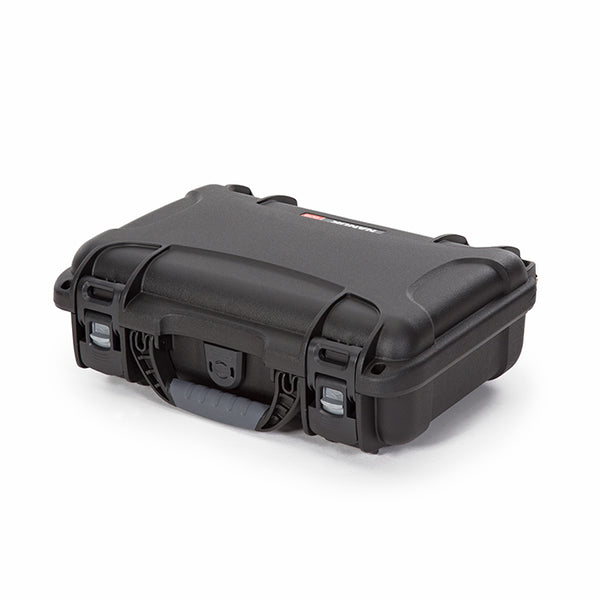 The NANUK 909 Classic Pistol protective case comes with a soft grip and ergonomic handle to make it easy to transport. It also features stainless steel hardware and integrated handle stay to keep the handle out of harm when traveling or during shipping.