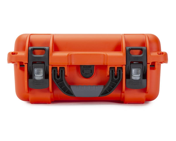 The NANUK 915 Kayak protective case comes with a soft grip and ergonomic handle to make it easy to transport.