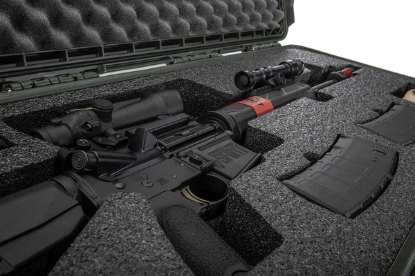 The NANUK 985 985 AR15 protective gun case comes with a soft grip and ergonomic handle to make it easy to transport.