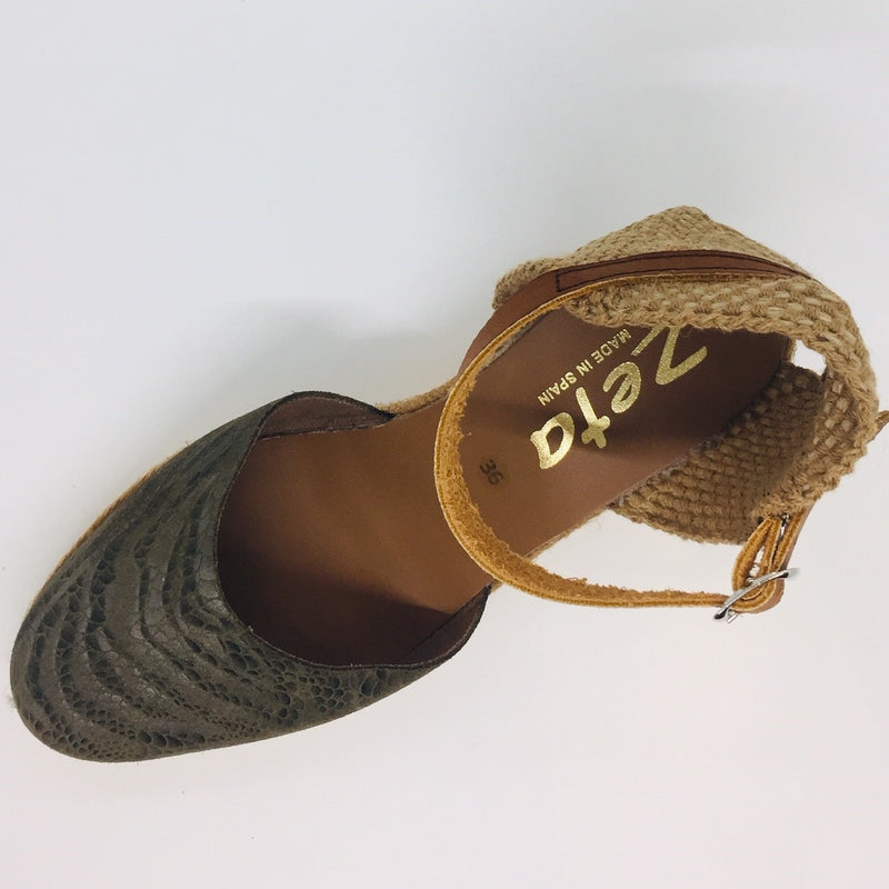 Espadrille wedge. Tan leather ankle strap. Five tier high. 6cm high with 1cm plataform. Toe is khaki leather with snake print and embossed swirl. Hessian heel cup.