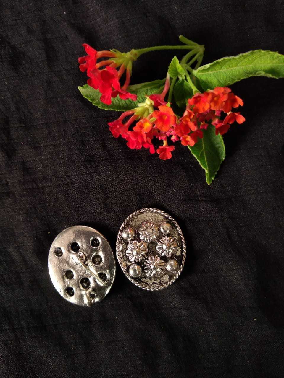 Antique Metal Stud Silver SS15