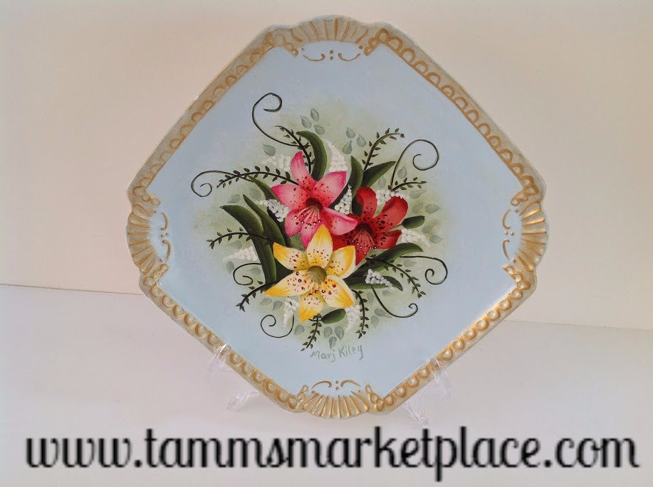 "Hand Painted Lily Plate measuring 8.5"" with stand MKA012"
