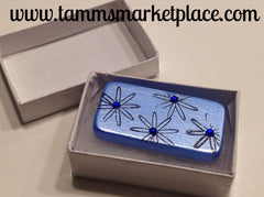 Blue Domino Pin with four stamped flowers and jewels MKP004