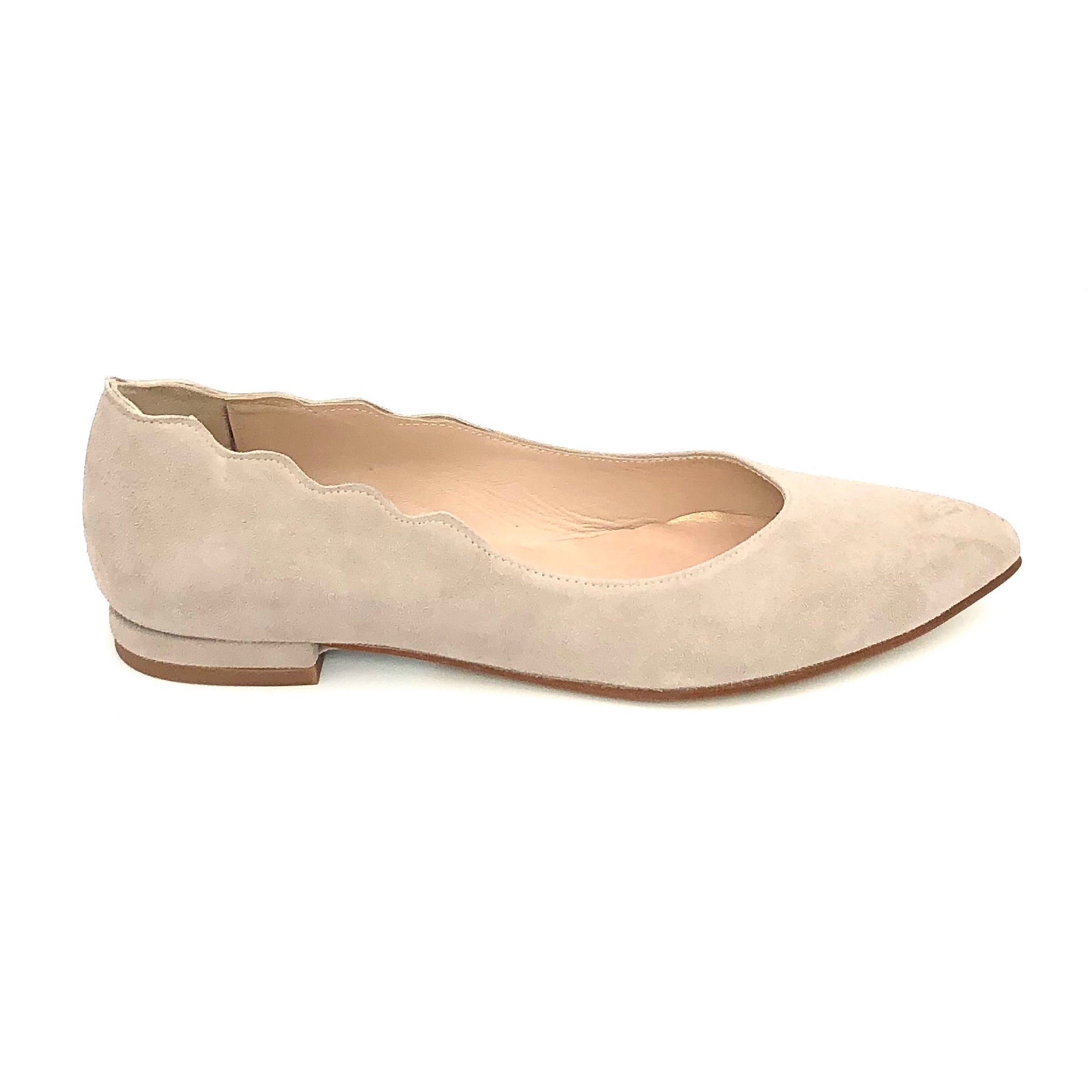 The Almond Flat with Scallop Edge in Taupe