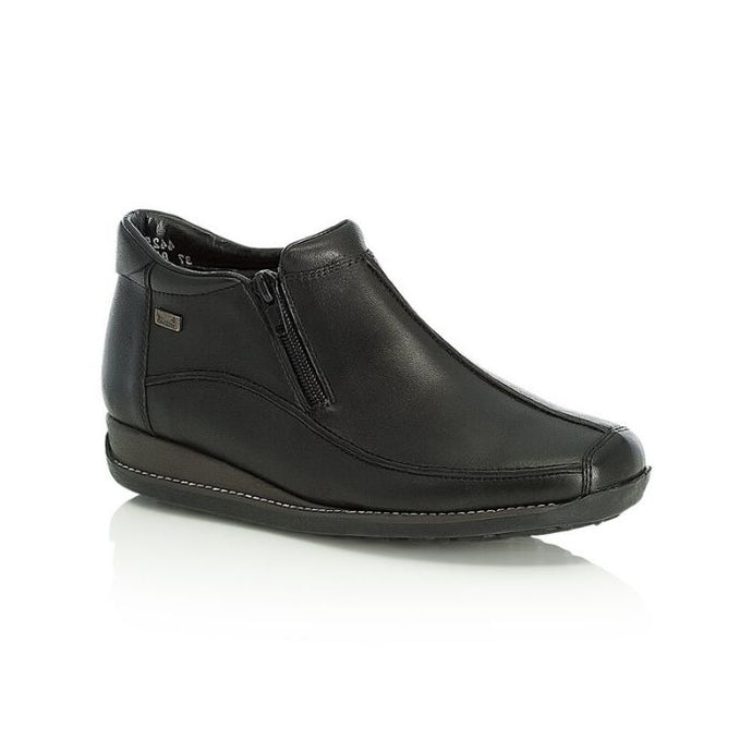 Black ankle boot in leather with side zipper and thick outsole