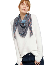 Laden Sie das Bild in den Galerie-Viewer, printed square scarf - 1024591