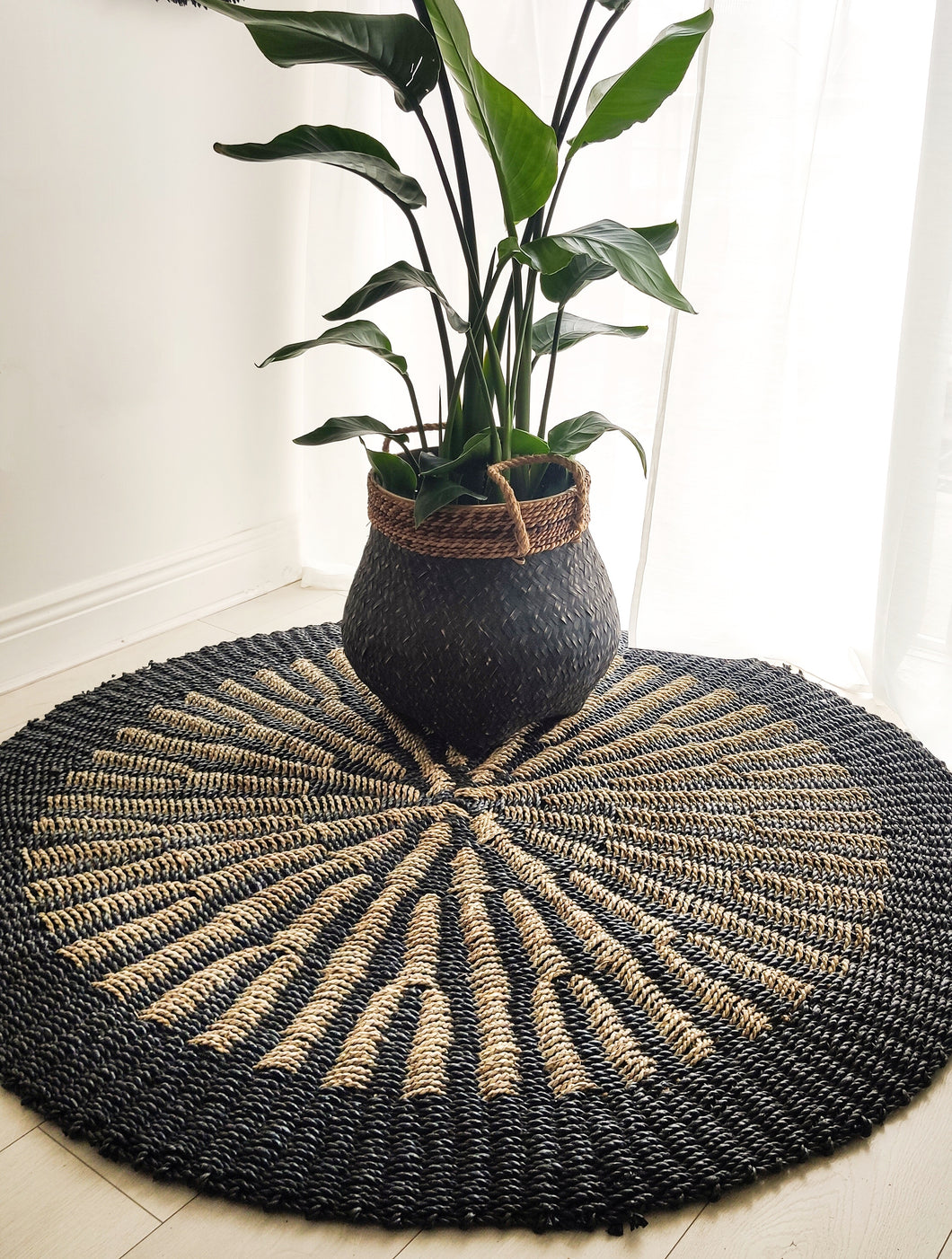 ROUND BLACK AND NATURAL WATER HYACINTH GRASS RUG 150cm