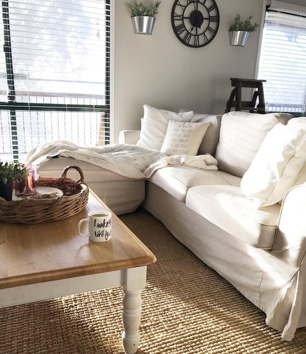 Living room white sofas: come and see this beautiful australian farmhouse - the full home tour is available here on www.lovetohome.co.uk - Photo credit from Shelle @thebargainfarmhouse