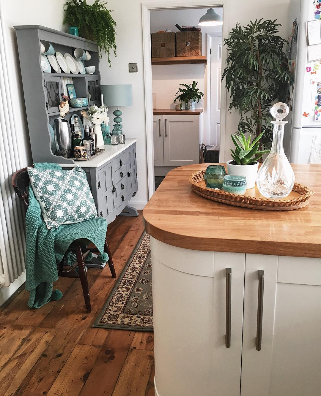 Clean kitchen: Want to make cleaning your home an absolute breeze? Try these cleaning hacks from www.lovetohome.co.uk . Photo credit @mjyhomestlyle via Instagram