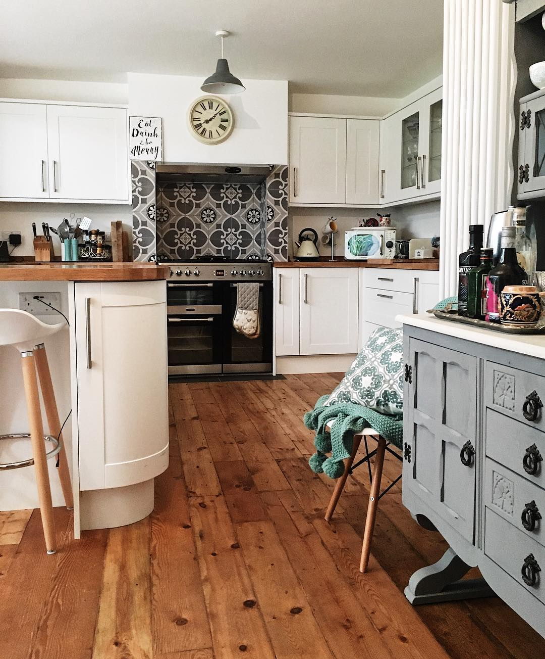 Spotlessly clean kitchen: Want to make cleaning your home an absolute breeze? Try these cleaning hacks from www.lovetohome.co.uk . Photo credit @mjyhomestlyle via Instagram