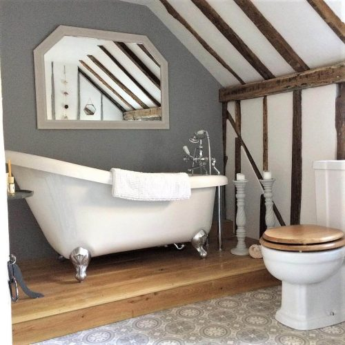 Roll top bath in the bathroom: would you renovate a listed property? Amanda did. Find out how she got in here on www.lovetohome.co.uk - Photo credit: with permission from @theoldforgecottage
