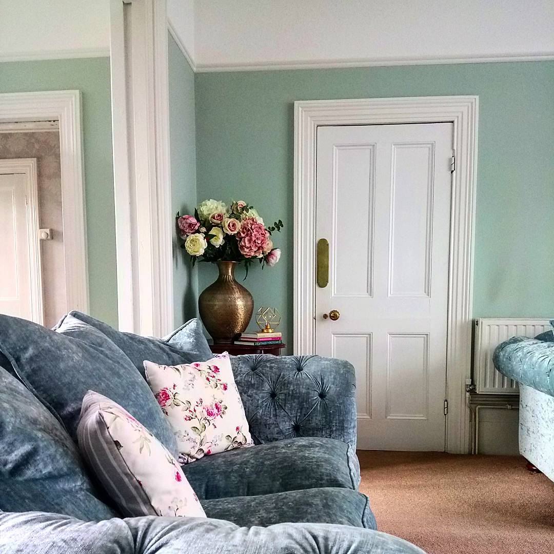 Love the paint colour in this bright, fresh living room? Here's a guide to choosing a paint colour you love on www.lovetohome.co.uk. Photo credit: @house_with_the_yellow_door via Instagram