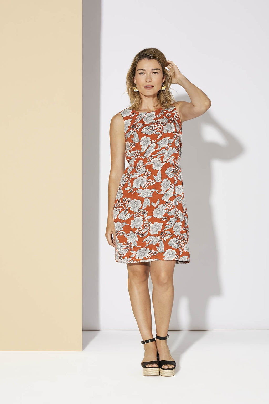 Orange Fleuri. The perfect summer dress for a wedding, work, or brunch. Super comfortable with its elastic and festive waist in its prints. Its opening on the back will give you a breath of fresh air during heat waves. It is fully lined in viscose for unparalleled comfort and protection. 50% cotton, 50% rayon, wash on delicate cycle, air dry. Designed and Made in Quebec.