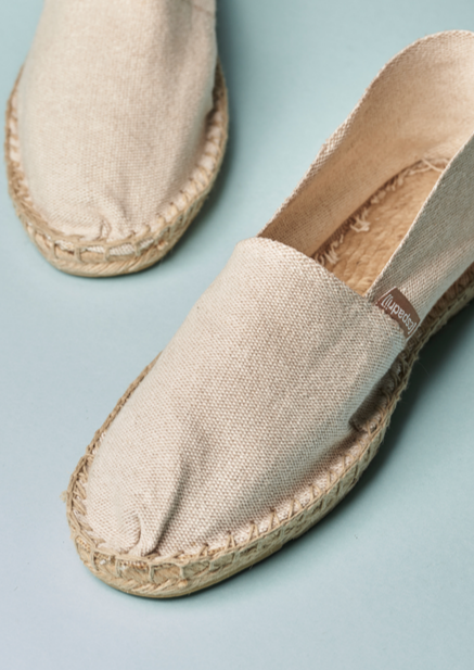 The original Espadrij flat shoes with a solid rubber base, in beige.