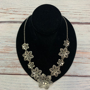 Primary Photo - BRAND:  STYLE: NECKLACE COLOR: SILVER OTHER INFO: FLOWERS SKU: 178-178212-6275
