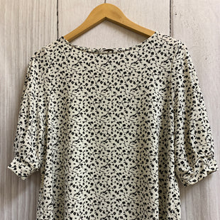 Primary Photo - BRAND: H&M STYLE: TOP SHORT SLEEVE COLOR: WHITE BLACK SIZE: L OTHER INFO: SMALL FLOWERS SKU: 150-150135-1582