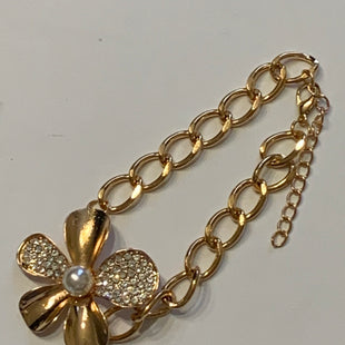 Primary Photo - BRAND: CLOTHES MENTOR STYLE: BRACELET COLOR: GOLD SIZE: 1 OTHER INFO: GOLD LARGE FLOWER ON IT WITH PEARL IN CENTER SKU: 150-150119-10372. FOR LARGER WRIST.