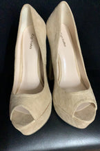"Load image into Gallery viewer, RARE Zigi Soho ""Kelis"" Suede Nude Peep Toe Pumps siae 6"