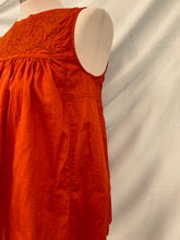Load image into Gallery viewer, Uniqlo Women's Red size small Textured Flowers Sleeveless Top