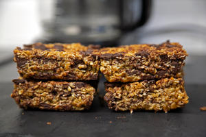 Dark Chocolate & Sultana Flapjack (Box of 4) - Banging Bakes