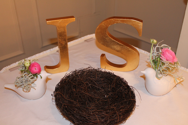 Love birds floral decoration for a wedding sweet table
