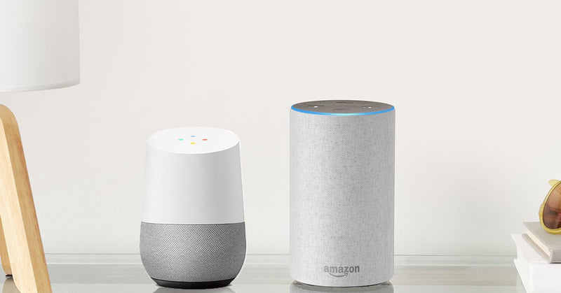 Google Home vs Amazon Echo-Speakers next to eachother on table