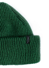 DOCKER SHORT BEANIE IN FOREST GREEN