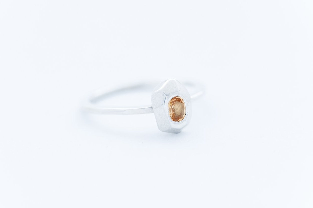 FAZETTE GEM ring w. golden yellow sapphire