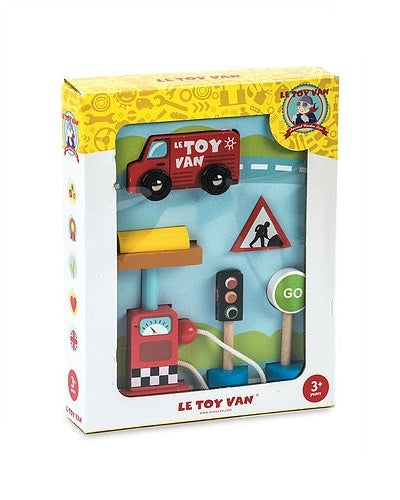 Toy car set with petrol pump