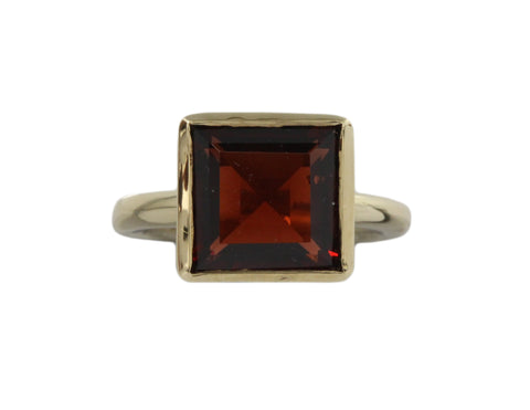 9ct ring in yellow gold with a 10mm square garnet
