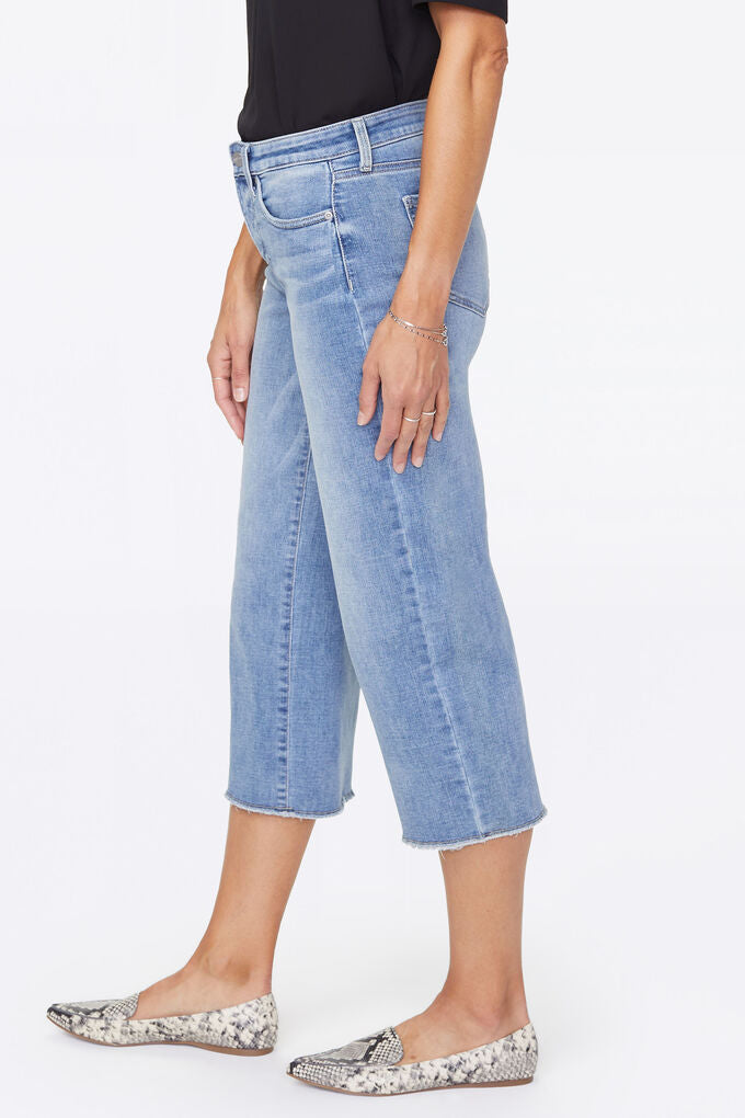 Wide-Leg Capri Jeans With Frayed Hem