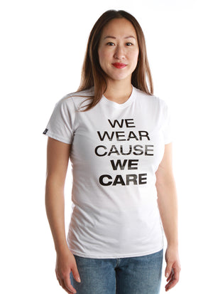 T-shirt femme avec imprimé We wear cause we care - échantillon