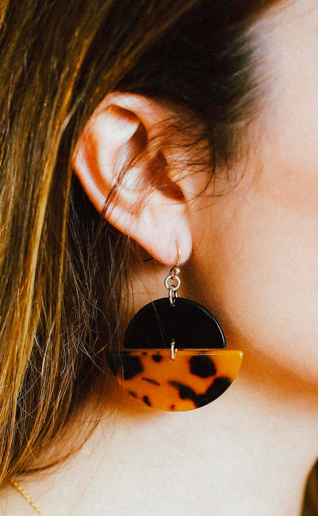 circle up tortoise earrings - dark brown