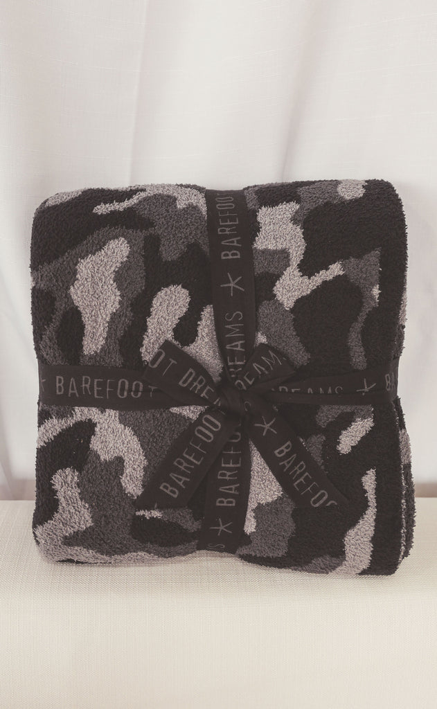 barefoot dreams: cozychic camo throw - carbon multi