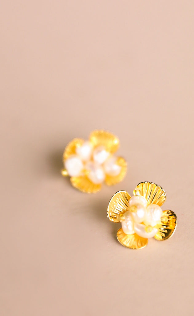 treasure jewels: daisy stud earrings