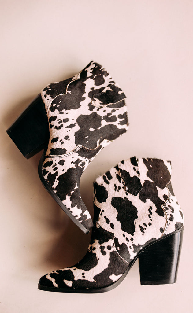 chinese laundry: bonnie bootie - cow print