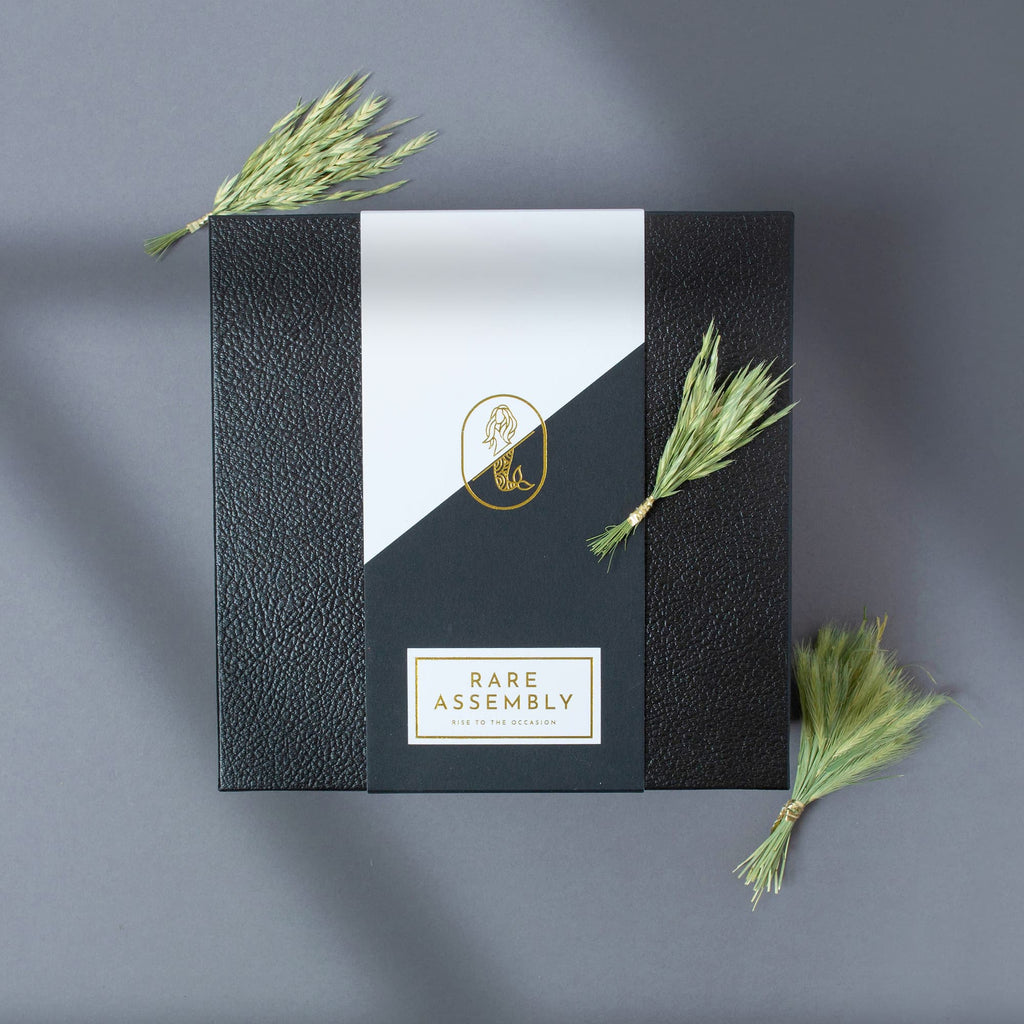 Black box with gold foil: modern & memorable gift boxes for corporate gifts.