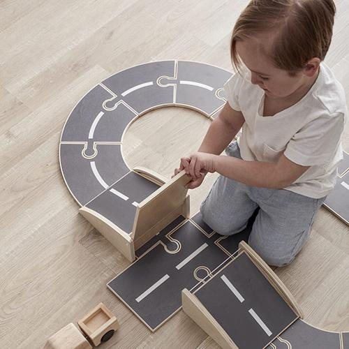 jongen met houten autocircuit aiden kids concept lollipop rebels