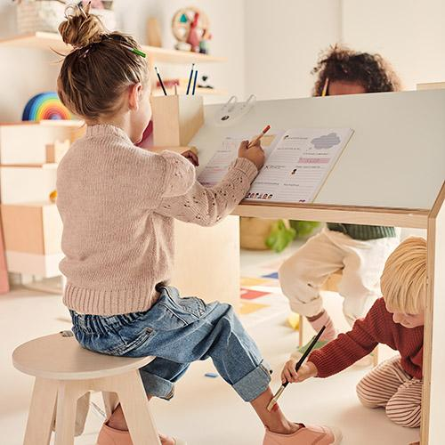 spelende kinderen kutikai playhouse desk lollipop rebels