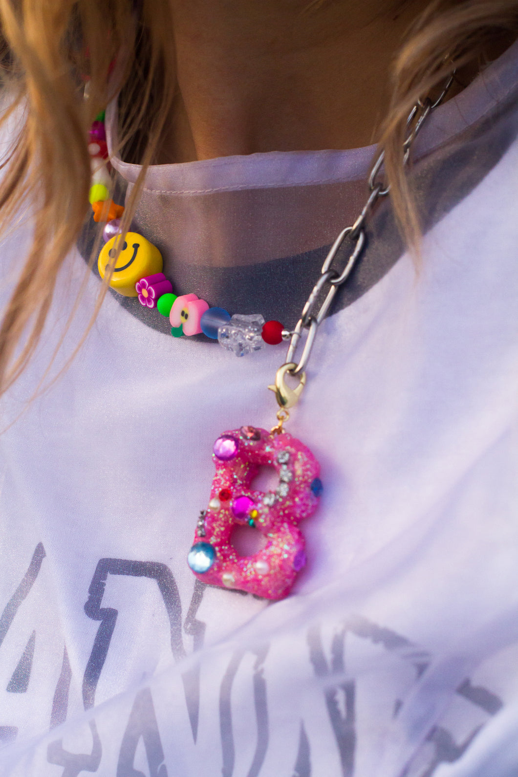 The FAYE Initial glitter charm - Blackcurrantpop