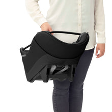 Laden Sie das Bild in den Galerie-Viewer, Maxi-Cosi Autositz Coral i-Size Essential Black Soft Carrier Tragebeispiel