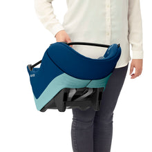 Laden Sie das Bild in den Galerie-Viewer, Maxi-Cosi Autositz Coral Essential Blue Soft Carrier Tragebeispiel