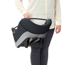 Laden Sie das Bild in den Galerie-Viewer, Maxi-Cosi Autositz Coral i-Size Essential Graphite Soft Carrier Tragebeispiel