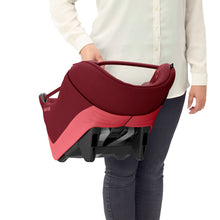 Laden Sie das Bild in den Galerie-Viewer, Maxi-Cosi Autositz Coral i-Size Essential Red Soft Carrier Tragebeispiel
