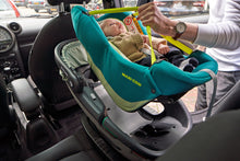 Laden Sie das Bild in den Galerie-Viewer, Maxi-Cosi Autositz Coral i-Size Neo Green Anwendungsbeispiel Soft Carrier in Safety Shell Auto