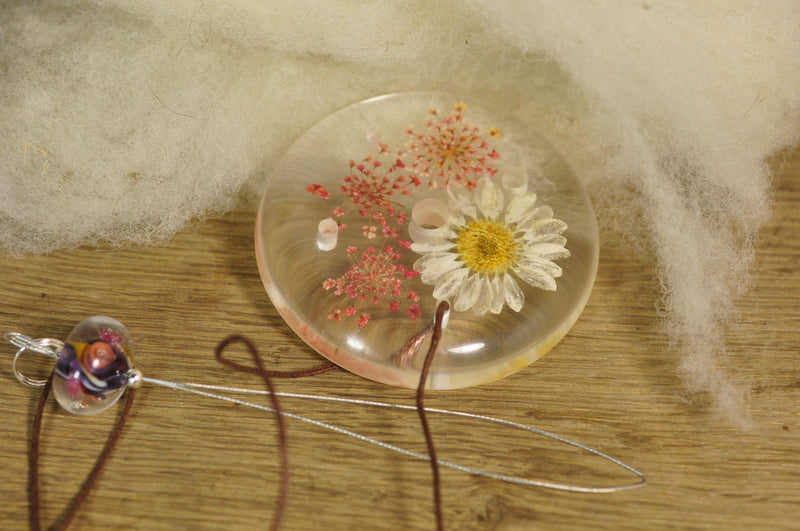 Resin Spinner's Diz with Threader: Daisy with Pink Lace Flowers