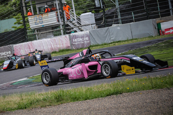 The pink Oloi F3 car on the track during a race