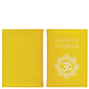 "Passport holder ""viajar es despertar"""